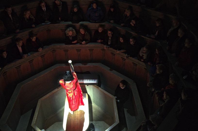 Photo from Eriko Makimura's performance in the Anatomical Theatre, Museum Gustavianum. Photo by Andrés Gómez.